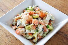 Sushi salade || sushirijst, garnalen, zalmfilet, tomaten, avocado, komkommer, nori, rijstazijn, sojasaus, zout, suiker
