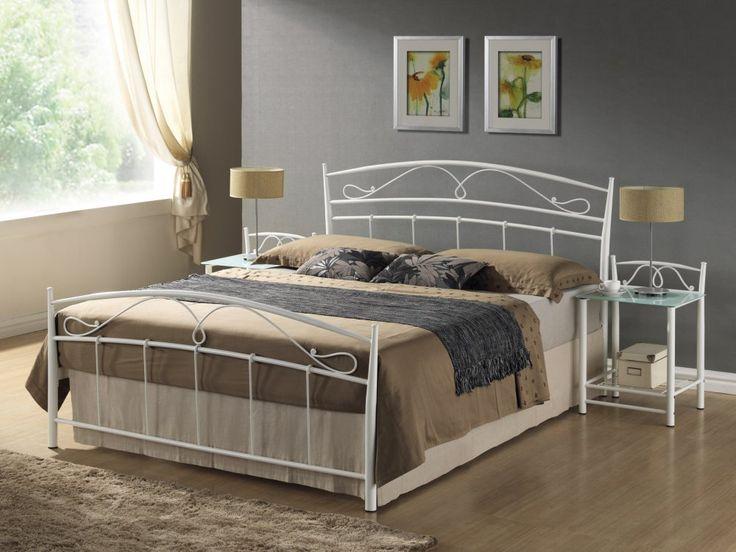 Moderní postel v klasickém stylu. Originální kování působí elegantně. Rošt je součástí postele. Matrace vhodná pro tuto postel je v rozměrech 120 x 200 cm.  Rozměry (v/š/d): 107/128/208 cm Výška roštu od země: 34 cm