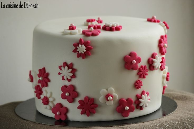 Gâteau d'anniversaire en pâte à sucre, thème fleurs / Flower birthday cake recipe  /  chocolate cake / Chocolate Hot milk sponge cake filling with chocolate ganache and covered with sugar paste!