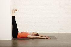 3. Benen tegen de muur kalmeert je zenuwstelsel, laadt je bijnieren op en boost je immuniteit.