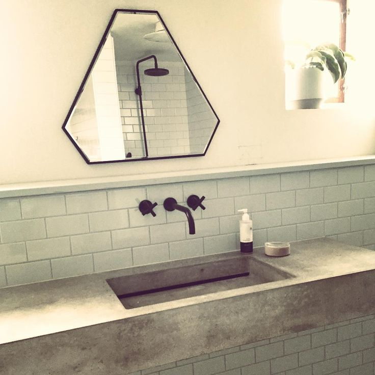 Endelig blev vi færdige med nyt badeværelse, så det smukke spejl fra @novelcm kunne komme op på væggen#novelcm #myhome @firedearthdk