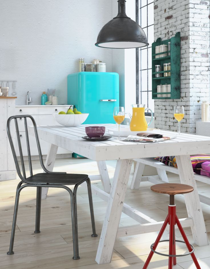 Cadeiras diferentes compõem a mesa no espaço das refeições. Ageladeira, em tom turquesa e no estilo retrô, é a peça que chama atenção deste ambiente