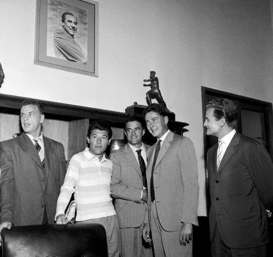 Agli albori della Juventus del Dottore (1957). Umberto Agnelli nel suo ufficio posa con John Charles, Omar Sivori, Rino Ferrario e Giampiero Boniperti. Sullo sfondo l'immagine di Gianpiero Combi, scomparso appena un anno prima (1956).