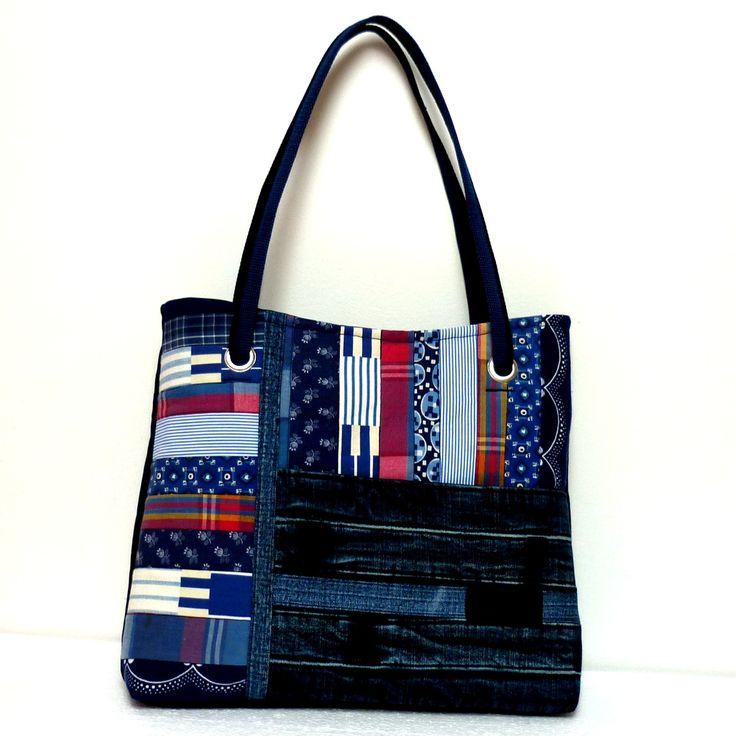 Džíska+-+recy+Wrangler+trochu+jinak+Větší+kabelka+ztmavěmodré+recydžínoviny.+Přední+díl+je+kompozicí+pruhů+různých+bavlněných+látek+s+modrobílým+potiskem+akcentovanou+proužky+červené+a+zajímavě+patinované+džínoviny.+Kabelku+doplňuje+originální+logo+z+džín+Wrangler.+Zadní+strana+kabelky+je+hladká,+pouze+členěná+švem.+Kabelka+je+pečlivě+podlepená,+dobře+...