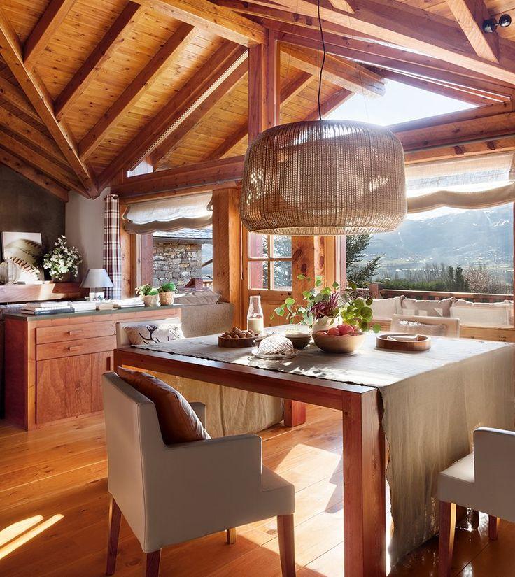 Comedor en casa con techo de madera a dos aguas tipo cabaña