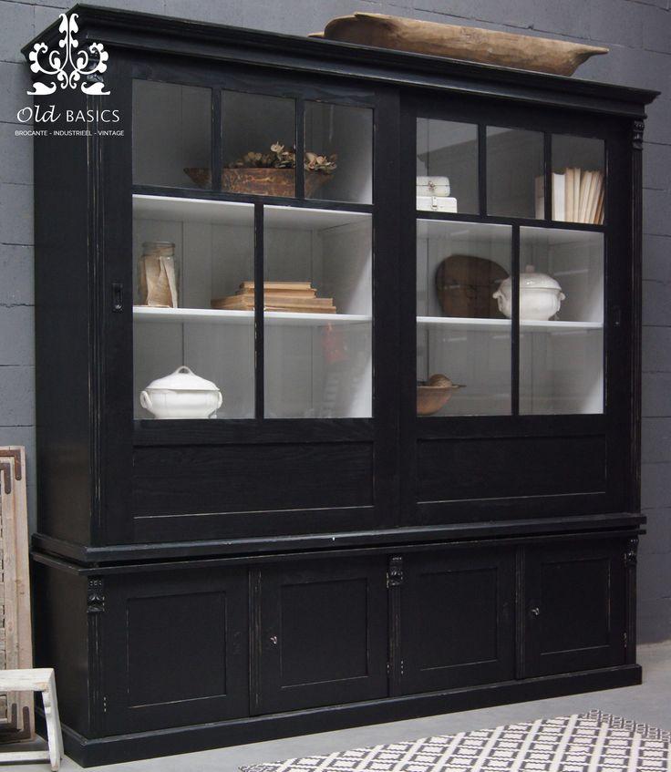 Stoere zwarte kast met schuifdeuren van www.old-basics.nl ; webshop voor unieke oude meubels en meubels op maat.  #vitrinekast # zwart #oudhout #maatwerk #stoerlandelijk #brocante #industrieel