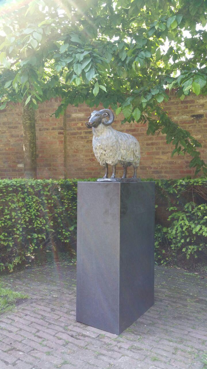 Kunst op een granieten zuil buiten. Door Solits geplaatst.