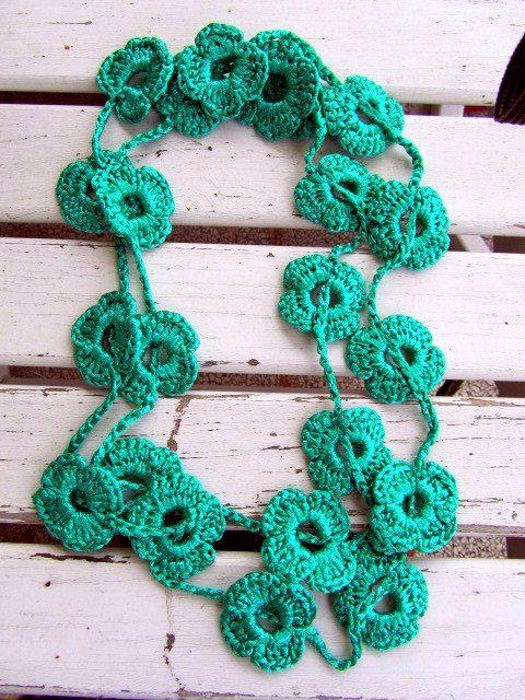 collana con fiori verde acqua, realizzata  all'uncinetto