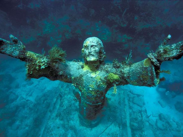 San Fruttuoso, ItalyAlthough there are several versions of the same Jesus statue scattered... - Stephen Frink Collection / Alamy
