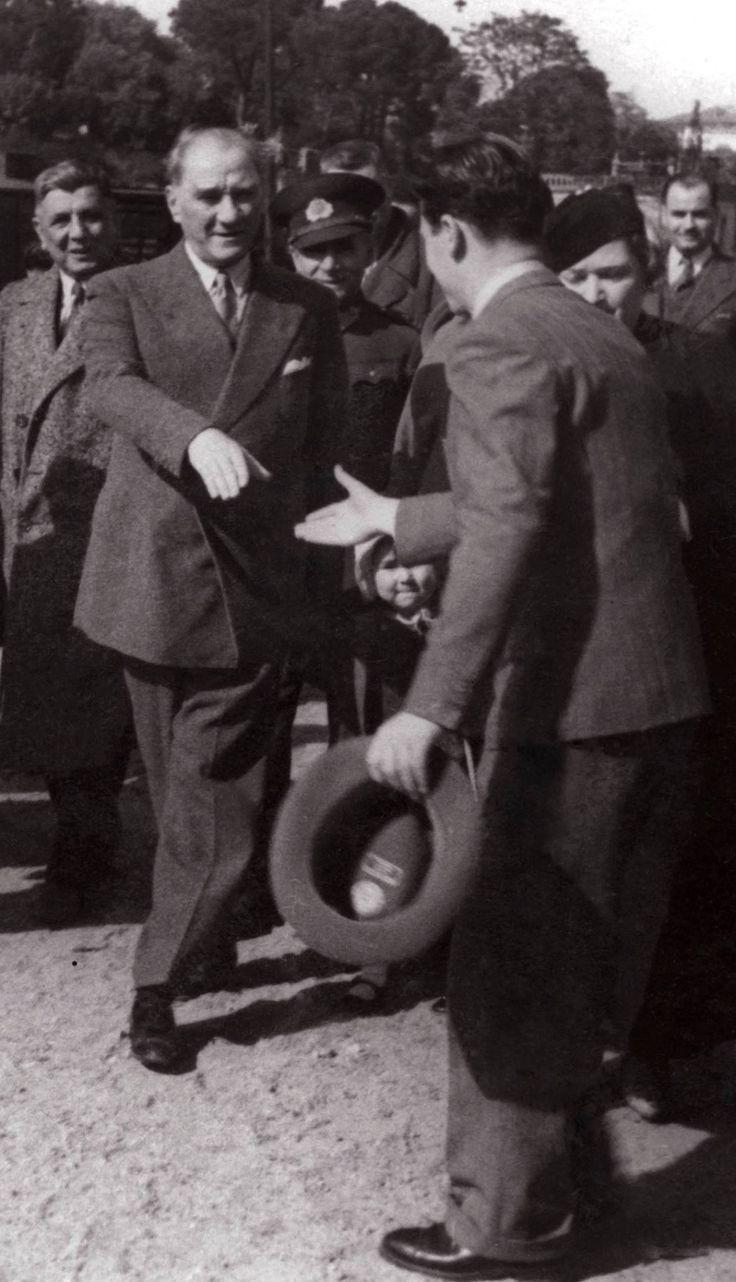 Hatırası daima gönlümüzde yaşayacak; Büyük Önder Gazi Mustafa Kemal Atatürk, Haydarpaşa garında kendisini karşılayanlarla. Atatürk'ün tokalaştığı yakışıklı genç Turgut Gürer. Atatürk'ü…
