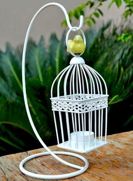 Castiçal/Porta-vela em ferro na cor branca adornado com passarinho amarelo em porcelana craquelada.  Lindo item de decoração para ser usado em qualquer recanto de sua casa.  Acompanha uma vela rechaud como brinde.