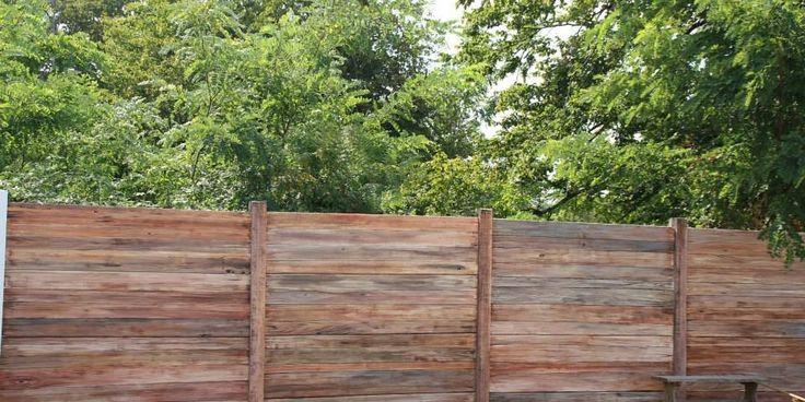 Photographies de mon dernier projet consistant à décorer un mur en fibrociment grâce à une peinture en trompe l'oeil imitant du bois flotté