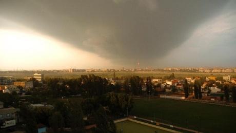 INFORMARE METEO: Ploi torentiale, vant puternic si descarcari electrice