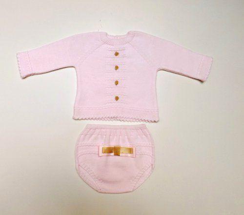 Conjunto de punto en rosa bebe y camel,compuesto de jersey y braguita. 100% dralon. Fabricado en España