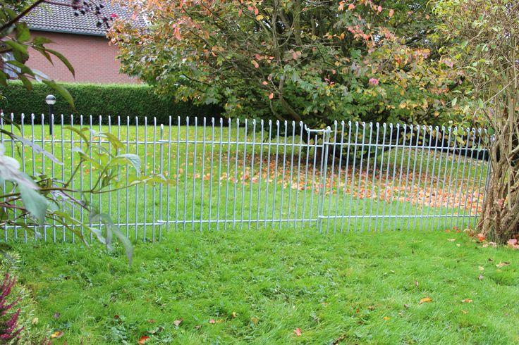 80 cm hoher Steckzaun mit Tür für einen neuen Hund (anneau-engmaschig-80-verzinkt). Ist in Membach montiert worden.