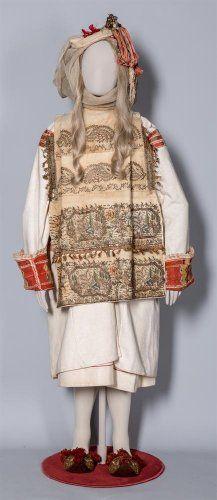 Νυφική φορεσιά με το χαρακτηριστικό λευκό βαμβακερό φόρεμα με την πλούσια πτύχωση στην πλάτη. Χίος, Πυργί, 19ος αιώνας