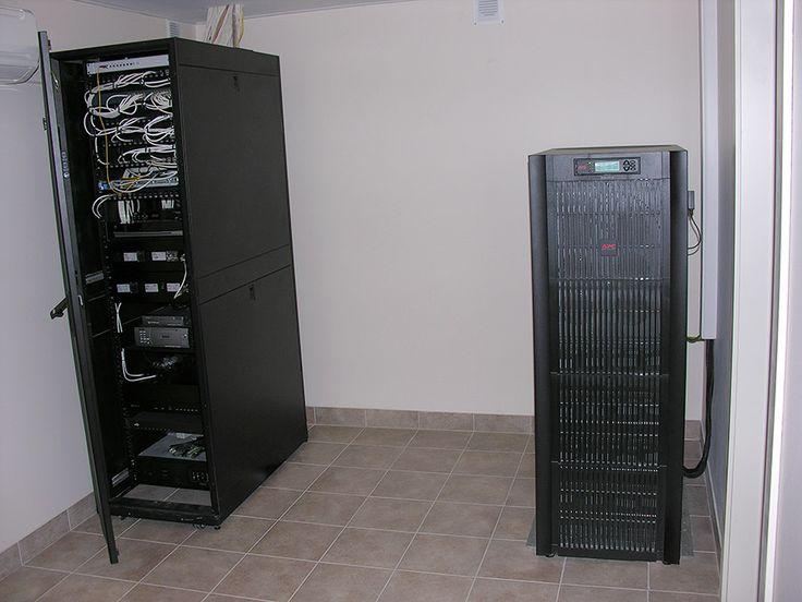 Аппаратная дома. Слева шкаф сетей, в него введены оптические и медные кабели провайдеров связи, сконцентрированы кабели дома, расположено центральное активное оборудование. Справа – источник бесперебойного питания (ИБП, UPS) с функцией стабилизации на 40 000 VA, обеспечивающий все домохозяйство с участком.