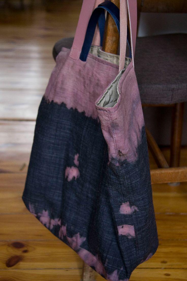 Duża torba-worek z bawełny nieregularnie barwionej. Skórzane rączki w dwóch długościach. #linenbag #summerbag #cottonbag #navy