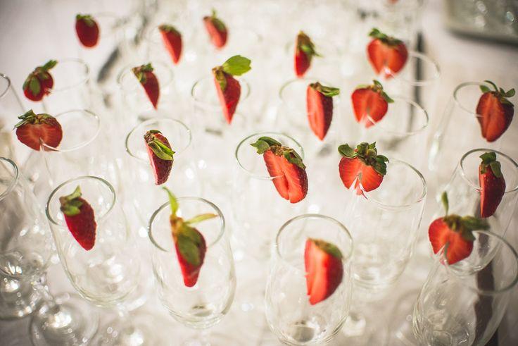Eperrel díszített pezsgőspoharak #dekor, #poharak, #pezsgo, #eper, #eskuvo, orokrekepek.hu
