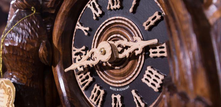 Como Funciona o Relógio Cuco? Originalmente feitos em uma região montanhosa da Alemanha por volta do século XVII, os relógios cuco eram fabricados dentro das casas dos moradores devido ao rigoroso frio que fazia na época. . Somente um século depois, ele ganhou o famoso som do cuco, por meio de um artesão local chamado Franz Anton Ketterer. Quer saber um pouco mais sobre esse relógio que encanta muita gente até hoje? Continue a leitura!