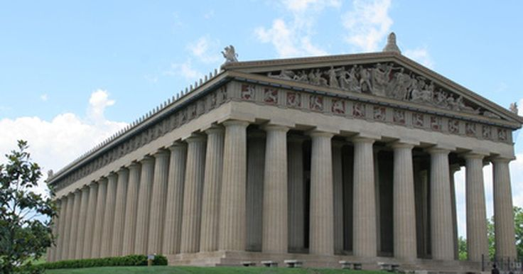 ¿Cuáles son los tres tipos de columnas?. Los tres tipos de columnas o pilares griegos forman la base de los estilos arquitectónicos vistos a través de la historia, comenzando con la antigua Roma y siguiendo hasta el día de hoy. Los constructores de las distintas culturas expandieron las ideas griegas, pero aún los artesanos de columnas de hoy en día hacen referencia a las órdenes dórica, ...