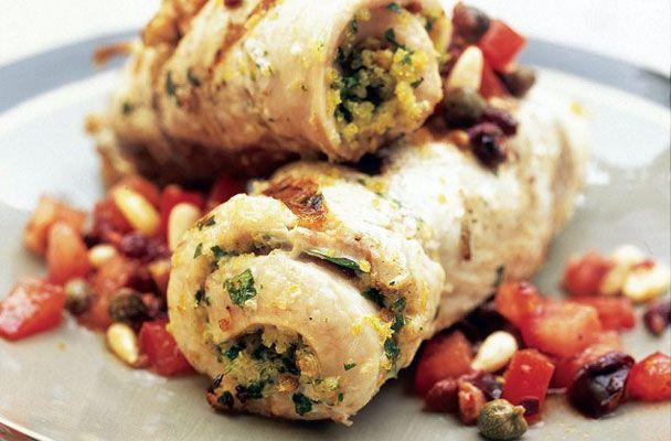 Gli involtini di pesce spada alle erbe aromatiche sono una gustosa specialità tipica della cucina del Sud Italia, in particolare della Sicilia.