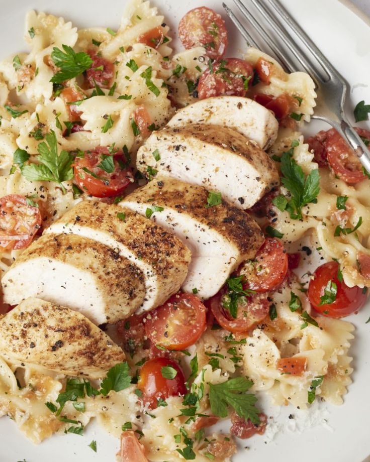 Met dit gerecht zal je scoren, zeker bij kinderen! Leuke farfalle pasta met een smaakvolle zelfgemaakte tomatensaus en plakjes kruidige kip erbij.
