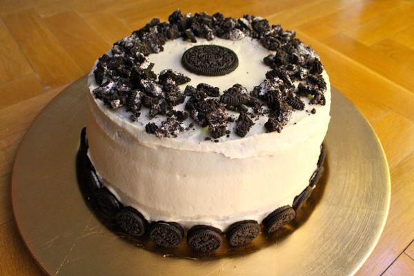 La receta de tarta de Oreo consiste de una tarta de chocolate casera y un cubierto (frosting en inglés). Este tipo de frosting se llama una crema de mantequilla (buttercream) y en este caso se hace la crema de mantequilla con chocolate blanco también. Las cremas de mantequilla son cubiertos para tartas muy dulces, y …