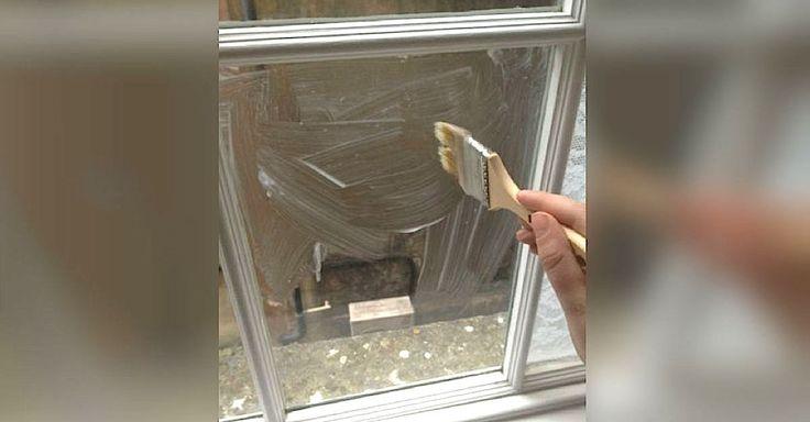 Hon penslar majsstärkelse på fönstret och avslöjar ett genialiskt knep som jag inte hade en aning om.