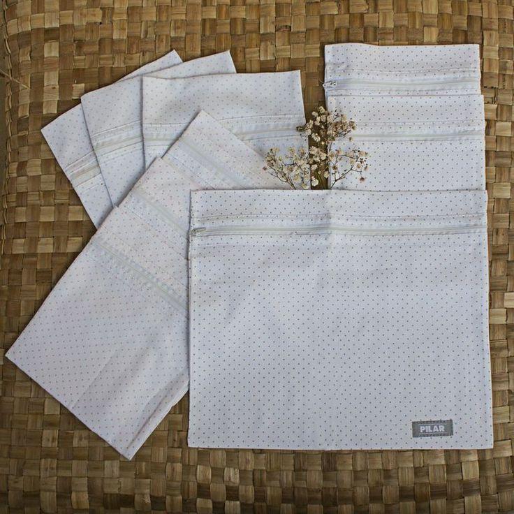 Set de 3 Bolsitas para sanatorio sobre tejido pique, disponible en colores basicos.  Composición 100 % algodón