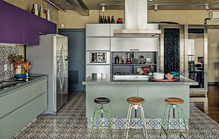 Se tem bancada, precisa ter banqueta. Com apoio para os pés, encosto, mais altas ou mais baixas, elas tornam o dia a dia mais prático e dão um ar despojado à cozinha. Do moderno ao rústico, veja exemplos de ambientes e inspire-se.