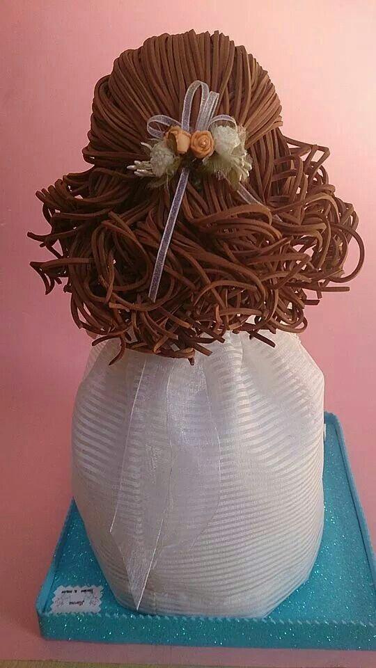 Niña fofucha de comunión. Peinado con ondas y recogido con flores.
