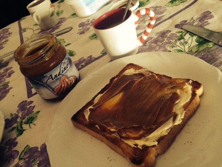desayuno argentino cafè cortado y tostada con manteca y dulce de leche colazione argentina macchiato toast con burro e dolce di latte