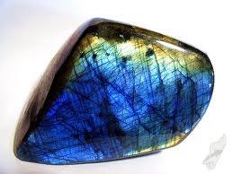Pedra extremamente mística e protetora, uma portadora da luz. Pedra preciosa que protege e fortalece a aura, nos comunica com o nosso eu superior. Habilita nosso poder oculto.