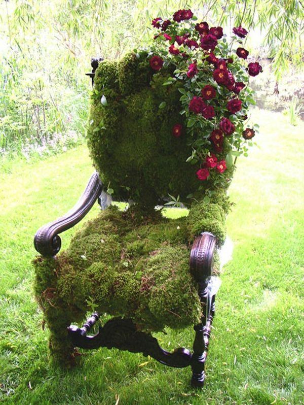 Gartendekoration mit antiken Stühlen, die das Äußere aussehen lassen