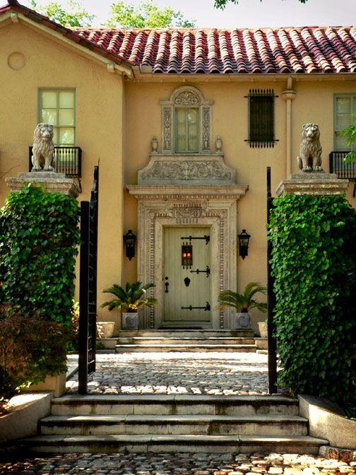Esto es una simple y hermosa casa española. Me encantaría vivir en uno!