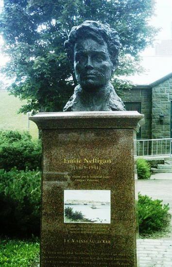 Le 26 mai 1899, au cours d'une séance publique de l'École littéraire de Montréal, Nelligan fait la lecture de trois poèmes dont son célèbre La Romance du vin qui reste gravé dans la mémoire collective,  /   http://www.jaimelefrancais.org/pages/poetes-d-hier/emile-nelligan-1879-1941.html#xqWuiPvMOPir6TTT.99