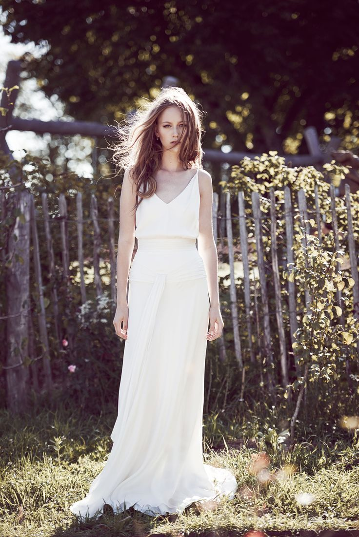 The return of the white slip dress to the Spring/Summer 2016 runways at Fashion Week marked the comeback of the Nineties trend, with simple, lingerie-style silhouettes reminiscent of Carolyn Bessette Kennedy and Cindy Crawford's wedding dresses, and the iconic style of Kate Moss and Naomi Campbell in the 1990s. Follow the Vogue.fr guide to the best vintage models, as well as the stand-out pieces spotted this season to inspire your throwback style.