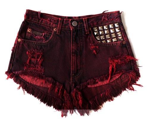 Tachas super em alta nesse verão e os shorts coloridos vem com tudo !