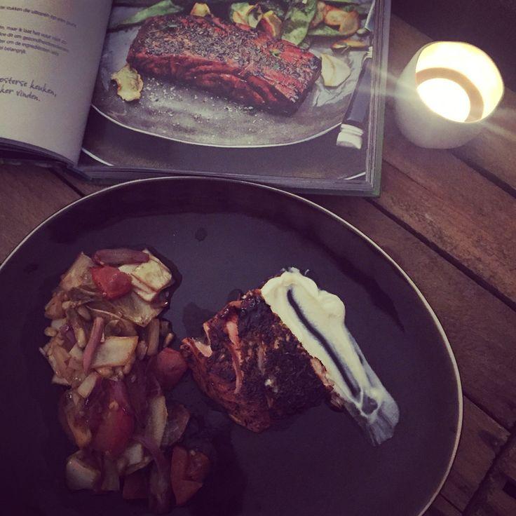 Gelakte zalm (recept van Pascale Naessens) met ratatouille van tomaat, witlof en rode ui.