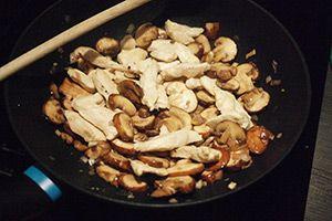 Kip, broccoli en champignons gecombineerd met pasta in een heerlijke romige saus