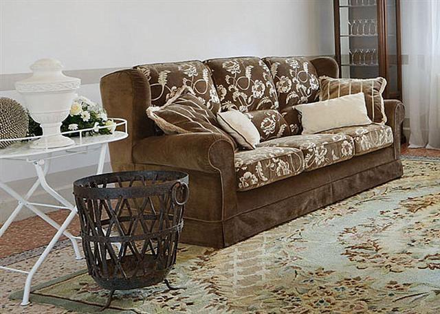 Divano classico DiTre modello epoca a tre posti, in tessuto marrone con motivo floreale completamente sfoderabile. Mis: L.219 cm, P.89 cm, H.97 cm.