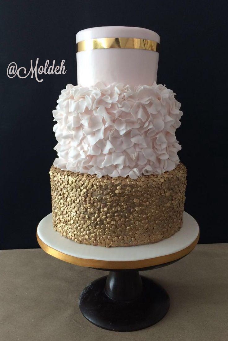 Pastel de Boda en rosa pálido y dorado con holanes // Light pink and gold ruffled wedding cake