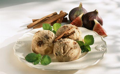 Vyrobte si doma skvělou skořicovou zmrzlinu. Budete potřebovat pouze: 250 g měkkého tvarohu, 1 kelímek zakysané smetany, 50 g moučkového cukru, 2 ks vanilkového cukru, 8 fíků, 1 lžíce mleté skořice