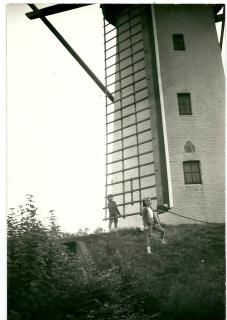 Olanda - Teneuzen - luglio 1967. Io e mia sorella sotto un mulino a vento
