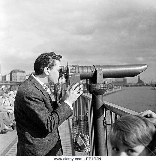Der irische Sänger Johnny Dane an einem Fernglas im Hafen von Hamburg, Deutschland 1950er Jahre. Irish singer - Stock Image