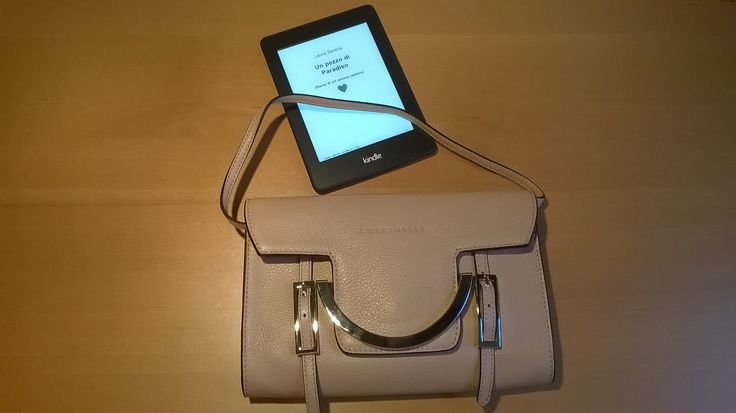 My Kindle and my #Coccienelle #bag #LauraSerena #ilmiostilelibro http://www.ilmiostilelibro.it/nuove-nel-mio-armadio-due-borse-perfette-per-la-bella-stagione/#more-318