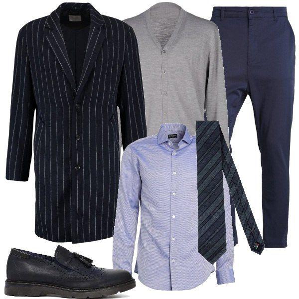 f9d4202b50 Pantaloni modello chino blu, a vita alta, camicia azzurra, elegante ...