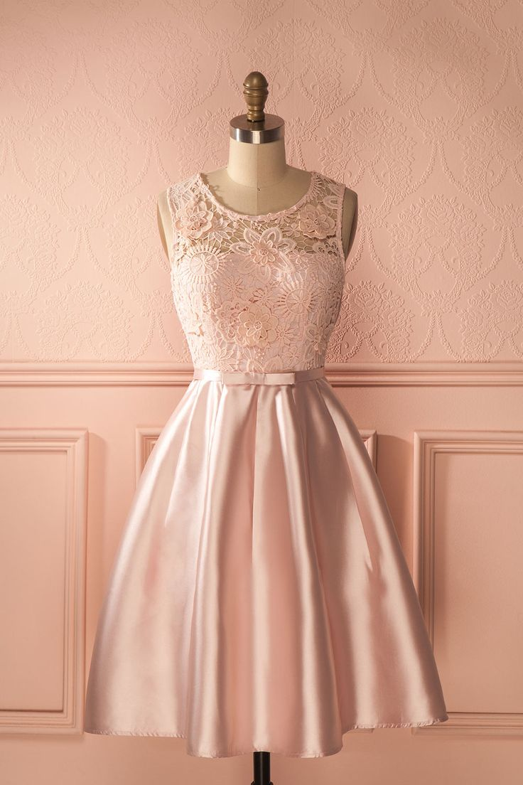 La mignonne bouquetière avançait dans l'allée, déposant des pétales de rose sur son chemin. The adorably little flower girl walked down the aisle, leaving rose petals in her wake. Light satin pink a-line dress with lace top https://1861.ca/collections/products/angioletta