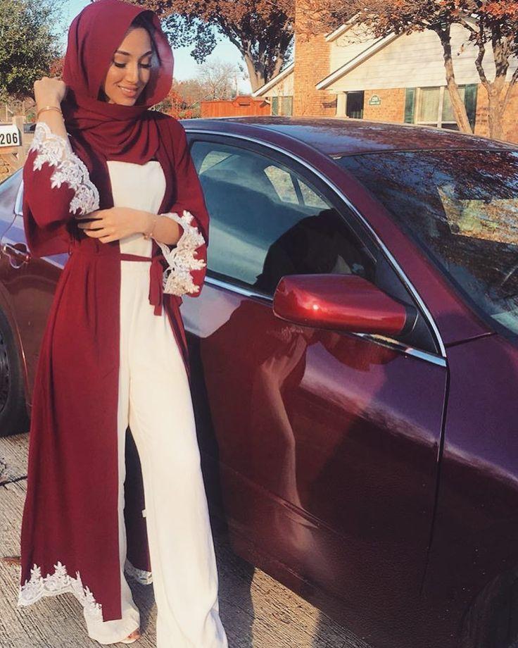 schöne Frau mit sehr elegantem Hijab-Outfit neben dunkelrotem Auto ❤❤❤